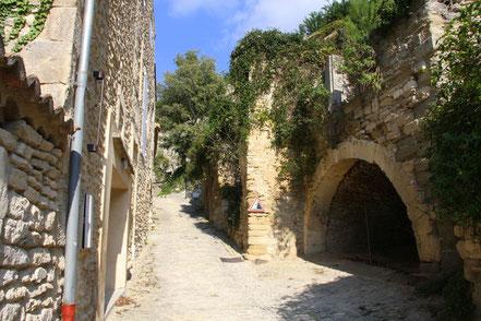 im unteren Teil von Gordes am Hang Kellereingänge in den Fels