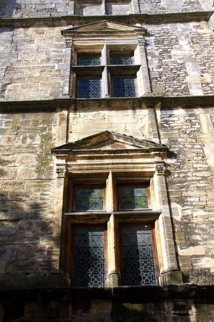Fensterfront im Eingangshof