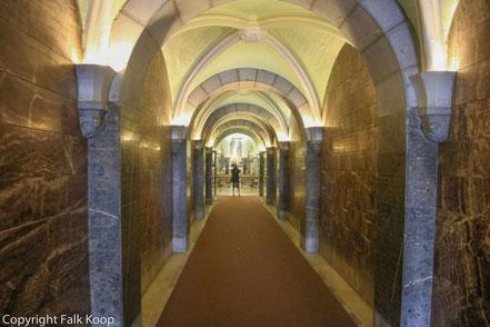 Bild: Eingang zur Krypta in Lourdes