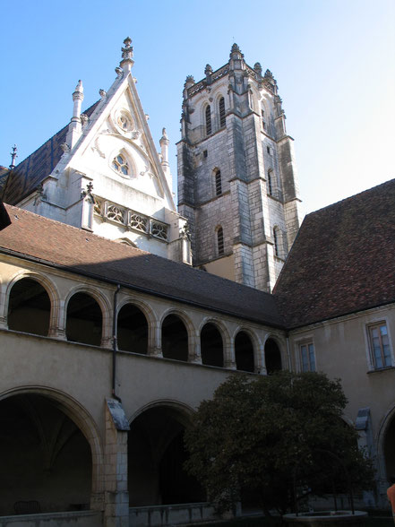 Bild: Blick vom Kreuzgang auf Turm und Dach der Monastère de Brou