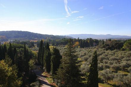 Bild: Blick auf toskanisch anmutende Landschaft von Schloss Lourmarin