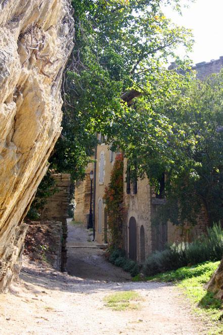 Am und im Fels gebaute Häuser