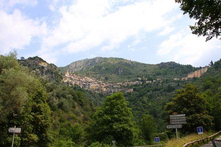 Bild: Blick von der Straße auf das hoch gelegene Saorge