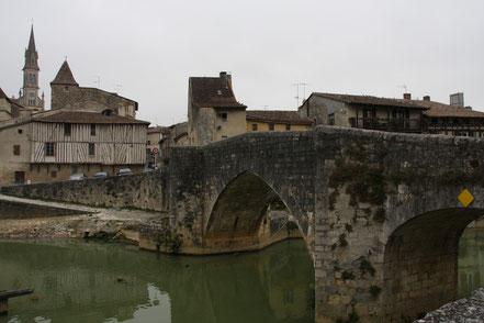 Bild: alte Brücke mit Kirche im alten Nérac