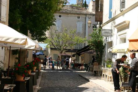 Bild: Straßenszene in Lourmarin