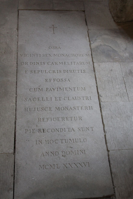 Bild: Grabplatte in der Abbaye St.-Hilaire Ménerbes