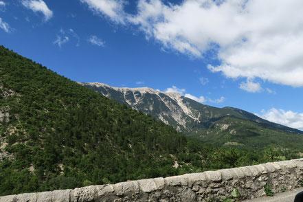 Bild: Beim Verlassen von Brantes ein Blick zurück zum Gipfel des Mont Ventoux