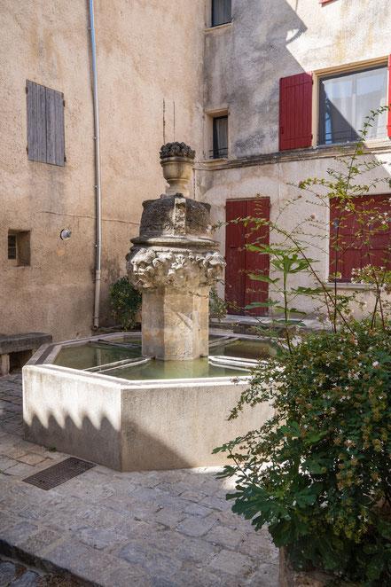 Bild: Mazan im Vaucluse mit Fontaine de Rossignol