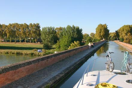 Bild: Kanal überquert den Tarn mittels Brücke bei Moissac