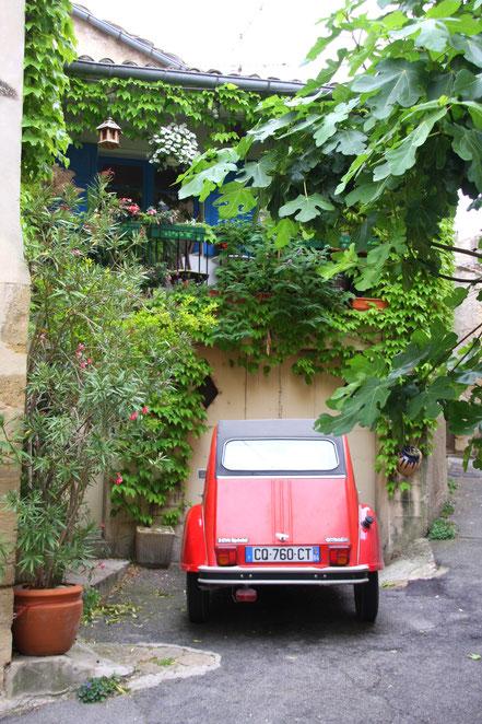 Bild: 2 CV in den Straßen von Lourmarin