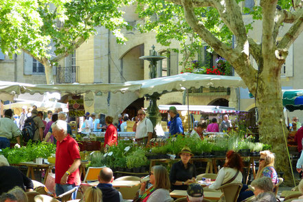 Bild: Markttag am Place aux Herbes, Uzès