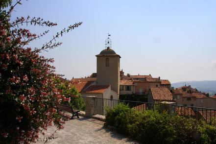 Bild: Blick auf Gassin mit Glockenturm