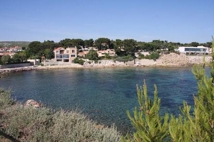 Bild: Anse du petit Rouveau mit kleinem Strand, Côte Bleu