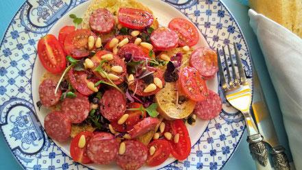 Bild: Brotsalat mit Romatomaten und Hartwurst
