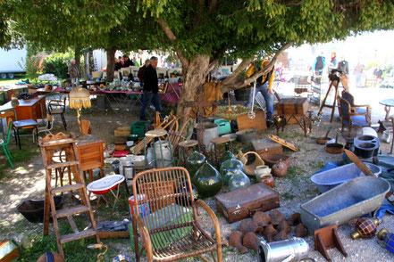 Bild: Antiquitätenmarkt in L´Isle-sur-la-Sorgue