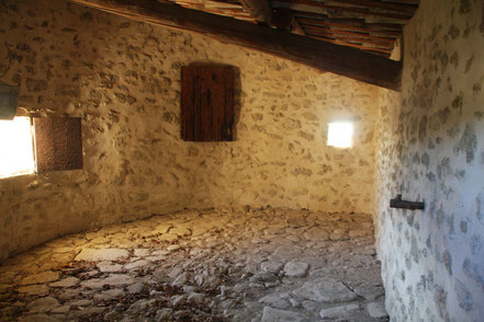 Bild: Ménerbes mit altem Prison an der Stadtmauer