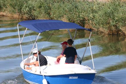 Bild: Bootsfahrer auf dem Kanal in der Camargue