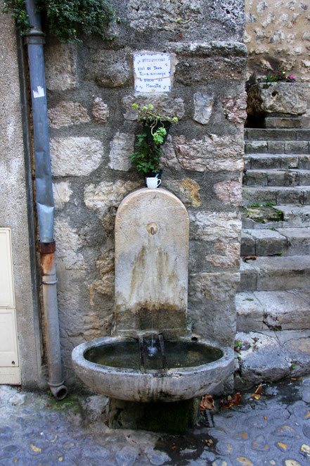 Bild: Brunnen in Moustiers-Sainte-Marie