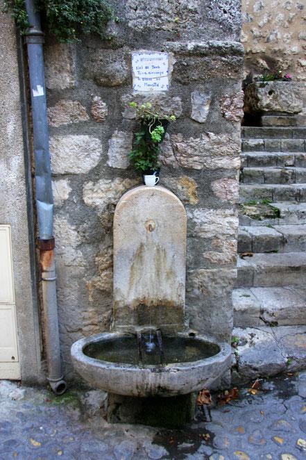 Bild: Brunnen in Moustiers-Sainte-Marie