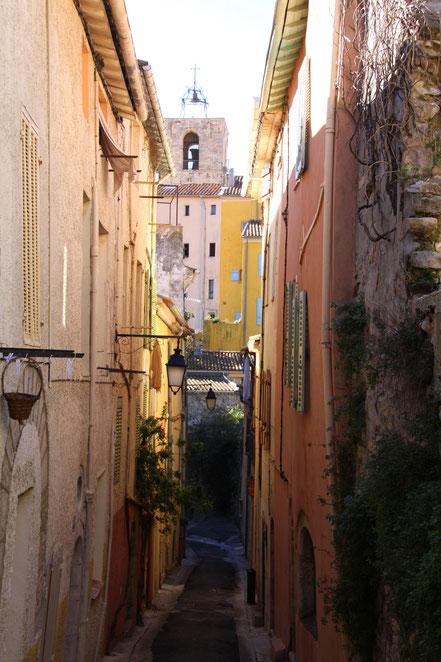 Bild: in den engen Gassen von Hyéres mit Blick auf Èglise Saint Paul
