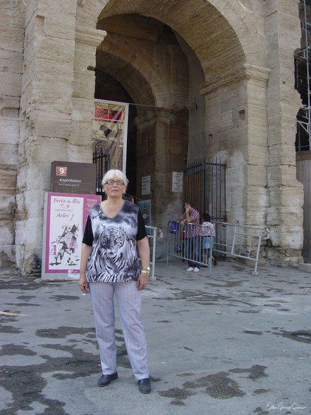 Bild: die Autorin Esther Grünig-Schöni vor der Arena in Arles