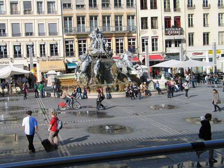 Bild: Brunnen vor dem Rathaus am Place des Terreaux in Lyon