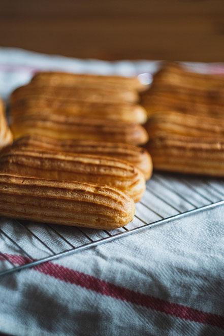 Eclairs frisch aus dem Ofen, bevor sie befüllt werden. Foto: Dilyara Garifullina auf Unsplash.
