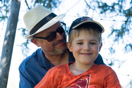 Eine liebevolle Vater und Sohn Beziehung ist wichtig für die Entwicklung.