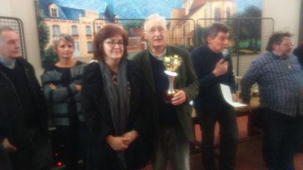 Martine Auvinet, présidente de ColoriHez, remet une coupe à Monsieur Roisin, de Laversines, doyen de la balade avec ses 83 ans.