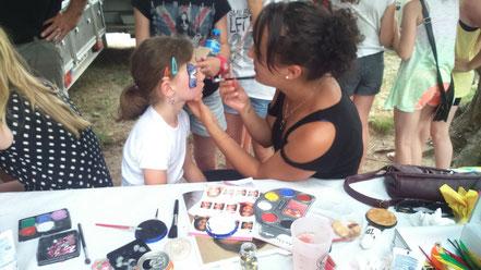 Séance de maquillage pour le plaisir des enfants.