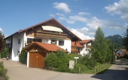die Wohnung mit Balkon befindet sich 1. Stock eines 10-Familienhauses