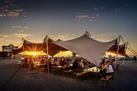 Zelt-Werk Rorschach bei Sonnenuntergang