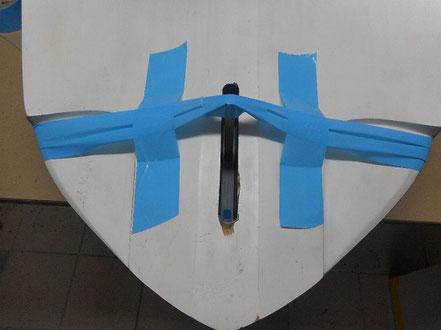 détail arrière de planche à voile, avec tasseau maintenu au fond du boitier par scotch - windfoil aeromod