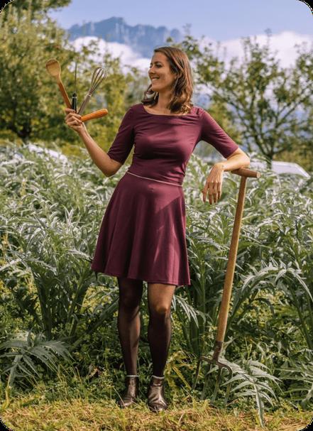 Ariane Fée Nouille dans les champs ustensiles de cuisine à la main