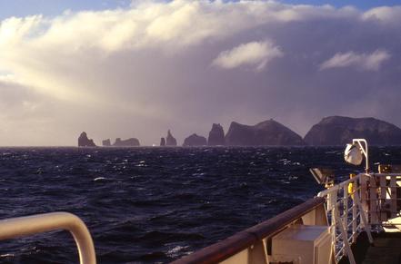 Apotres, són un conjunt d'illots inclosos a l'arxipèlag de les Illes Crozet, que al seu torn forma part dels Territoris Francesos. Són un total de 19 illots.