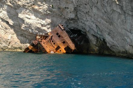 Baja del Orso encallat a Albania.