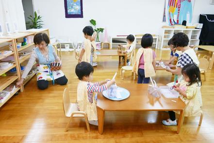 母子分離クラス(2歳児)で、子どもたちが自主的に活動を選んで行うモンテッソーリの活動を集中して行っています。