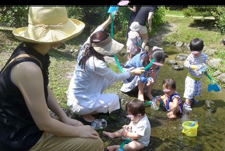幼児教室バンビーニクレアーレの野外活動でお友だちが出水の小川で水遊び