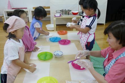 モンテッソーリの活動で月見団子づくりに幼稚園児が取り組んでいます。