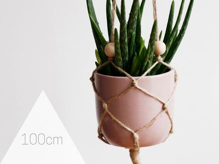 Minimalistische Blumenampel mit Holzkugeln