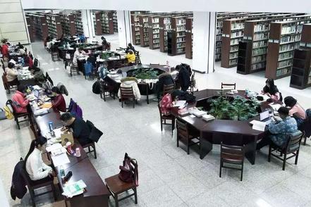 大連外国語大学の図書館館内