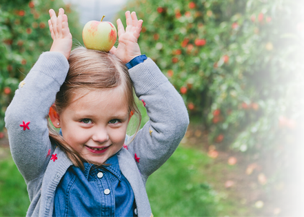 Kind mit Apfel auf dem Kopf