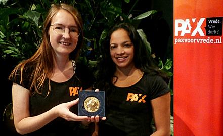 Trotse PAX medewerksters met de Nobelprijs voor de Vrede