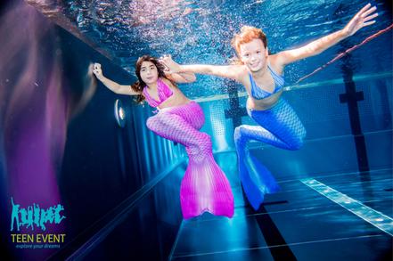 Meerjungfrau sein und mit Schwanzflosse schwimmen
