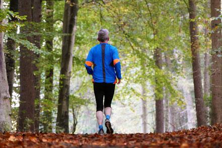 Mann rennt im Wald