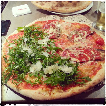 Pizza Parmigiana - Rucola, Pizzeria L'Osteria, Innsbruck, Lifetravellerz Pizza Index, Pizza Index ÖSterreich