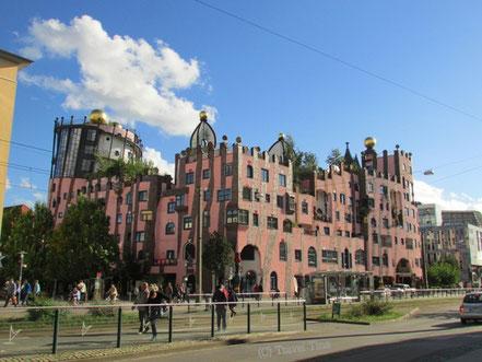 Das Hundertwasserhaus in Magdeburg in seiner ganzen Pracht.