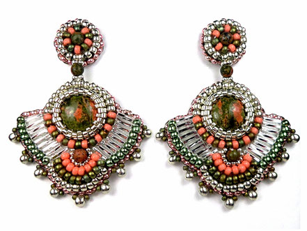 Photo de boucles d'oreilles brodées de style ethnique argentées, roses et vertes forme graphique