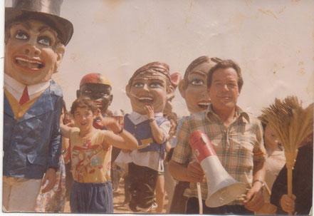 Foto tomada durante la romería de San Gregorio, (actualmente los cabezudos ya no participan en este acto)