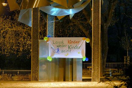 """""""Lasst Kinder wieder Kinder sein"""" lautete auch die Botschaft am Flechtinger Kreisel"""